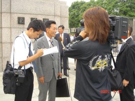 正門前でTVインタビューに応じる