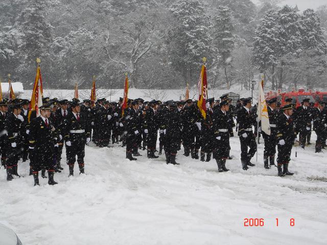 雪中での分列行進へ準備中