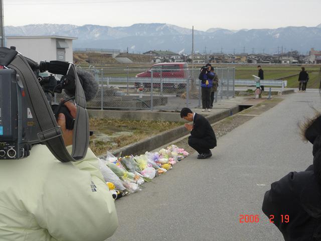 長浜市の事件現場で献花