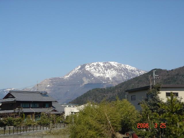 春の伊吹山