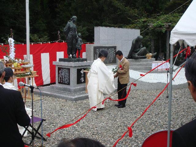 「母の像」建立除幕式